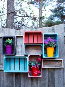 des-cagettes-colorees-sur-la-cloture-du-jardin_6071956